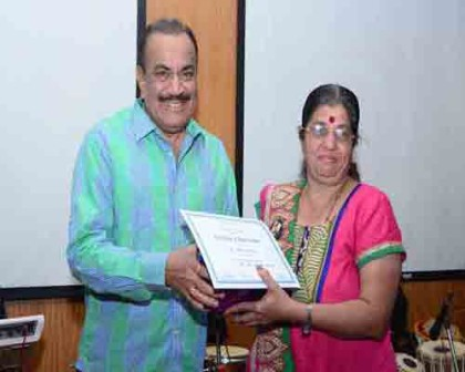 Actor Shivaji Satam (ACP Pradyuman of CID fame) felicitating a kidney donor and recepient