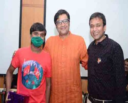 Mr. Arnab Goswami felicitating a kidney donor and recepient