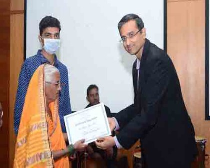 Mr. Gautam Khanna, CEO, PD Hinduja Hospital & MRC felicitating a kidney donor