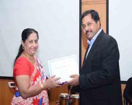Mr. Joy Chakraborty, COO, PD Hinduja Hospital & MRC felicitating a kidney donor