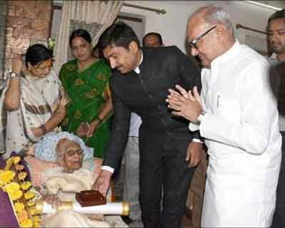 SALUTE: Dr Bhakti Yadav, first woman doctor from Indore receives Padma Shri Award at her home