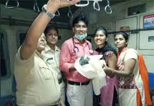 1 rupee clinic doctor helps deliver baby on-board Mumbai local train