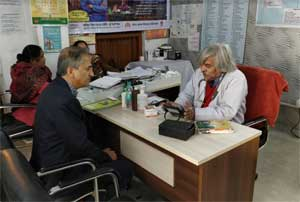 Cardiac surgeon Devi Shetty visits Mohalla Clinic in New Delhi
