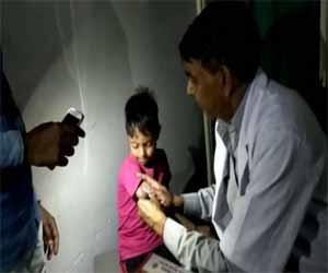 Uttar Pradesh: Power Cut at Govt hospital, Doctors treat patients under flashlights